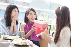 Amies heureuses de femme dans le restaurant Photographie stock