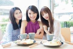 Amies heureuses de femme dans le restaurant Photo stock