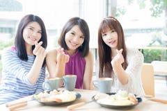 Amies heureuses de femme dans le restaurant Images libres de droits