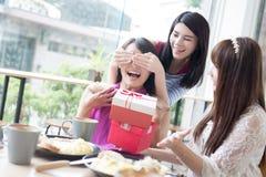 Amies heureuses de femme dans le restaurant Images stock
