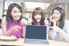 Amies heureuses de femme dans le restaurant Image libre de droits