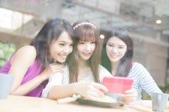 Amies heureuses de femme dans le restaurant Photo libre de droits