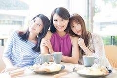 Amies heureuses de femme dans le restaurant Image stock