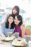 Amies heureuses de femme dans le restaurant Photos libres de droits