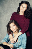 Amies heureuses de femmes de mode Deux modèles mignons Images stock