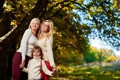 Amies heureuses de soeurs en parc Image stock