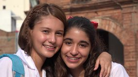Amies heureuses de sourire de filles Photos libres de droits