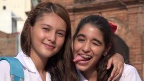 Amies heureuses de sourire de filles Images libres de droits