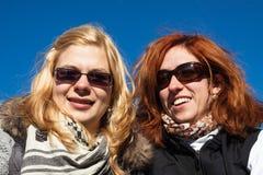 Amies heureuses dehors Photos stock