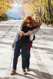 Amies heureuses en parc Photos libres de droits