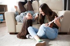Amies heureuses passant le temps de qualité dans le salon Photo libre de droits