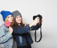 Amies heureux prenant quelques photos Images libres de droits