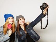 Amies heureux prenant quelques photos Photographie stock libre de droits