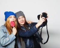 Amies heureux prenant quelques photos Photo libre de droits