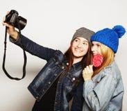 Amies heureux prenant quelques photos Photographie stock