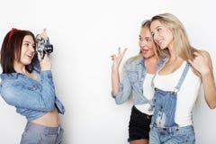 Amies heureux prenant quelques photos avec l'appareil-photo Images libres de droits