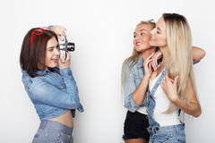 Amies heureux prenant quelques photos avec l'appareil-photo Photo libre de droits