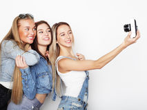 Amies heureux prenant quelques photos avec l'appareil-photo Photo stock