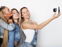 Amies heureux prenant quelques photos avec l'appareil-photo Photographie stock libre de droits