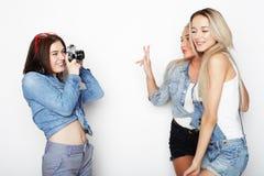 Amies heureux prenant quelques photos avec l'appareil-photo Images stock