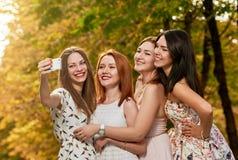 Amies heureux rendant le selfie extérieur Photos stock
