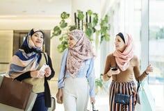 Amies islamiques marchant et discutant ensemble Photos libres de droits