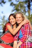 Amies - jeunes femmes heureuses augmentant le portrait Images libres de droits