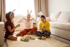 Amies jouant avec le lapin Images libres de droits