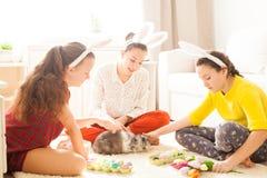 Amies jouant avec le lapin Images stock