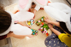 Amies jouant avec le lapin Photographie stock