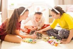Amies jouant avec le lapin Photographie stock libre de droits