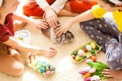 Amies jouant avec le lapin Image libre de droits