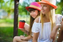 Amies joyeuses ayant l'amusement sur l'oscillation extérieure Concept d'amitié Image libre de droits