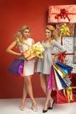 Amies magnifiques présent des cadeaux de Noël Image stock