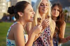 Amies mangeant la crème glacée  Photo libre de droits