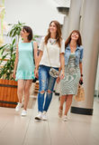 Amies marchant au centre commercial Photos stock