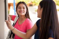 Amies mignonnes à l'école Photo libre de droits