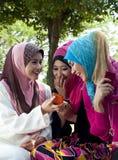 Amies musulmanes ayant l'amusement au stationnement Photo libre de droits