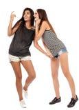 Amies parlant, bavardant et ayant l'amusement Photographie stock libre de droits
