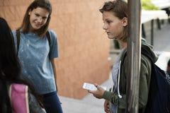 Amies parlant ensemble sur l'escalier Images libres de droits