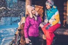 Amies passant des vacances d'hiver sur le cottage de montagne Photos libres de droits