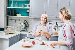 Amies préparant des petits gâteaux Photographie stock libre de droits