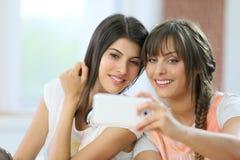 Amies prenant le selfie Photographie stock