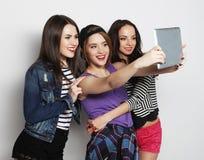 Amies prenant le selfie avec le comprimé numérique Photo stock
