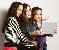 Amies prenant le selfie avec le comprimé numérique Photos libres de droits