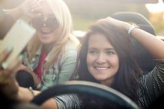 Amies prenant le selfie dans la voiture Image stock