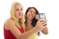Amies prenant le selfie fou Image stock