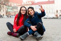 Amies prenant un portret d'individu dans la ville Image libre de droits