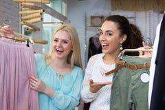 Amies recherchant de nouveaux vêtements Photo libre de droits