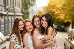 Amies rendant le selfie extérieur Photographie stock libre de droits